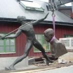 Skulpturerna lyfts av från transport.