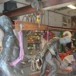 Skulpturen lyftes med ett ok.