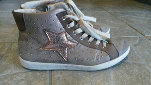 """Mina """"guldskor"""" - som jag köpte för några par år sedan inför en tävling som jag tyckte kändes jobbig att genomföra, men som blev riktigt stärkande - med skorna och I-ors hjälp! :-)"""