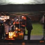 Kommunalrådet serverar nygrillad korv