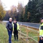 Kommunalråd Arne Ottosson hälsar på staketbyggarna