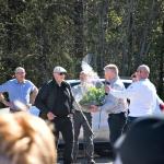 Hans-Göran Johansson överlämmnar blommor och presentkort till Jörgen Nilsson Samhällsföreningen Hillerstorpare som tack för att Hillerstorpare  lyckats med att skapa en cykelled mellan ortena