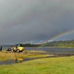 Regnbågen går ner i sjön
