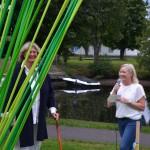 Annika Särmark och Kristin Hästmark förklarar rondellen invigd.