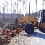 Thomas Almqvist och Stefan Strand monterar fundament