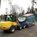 Asfalten levererades med lastbil. Foto: PO Svensson