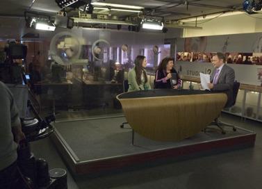 Cathrine Sadolin och Annika Holmberg i nyhetssändning i TV (C) Henrik Kjelin