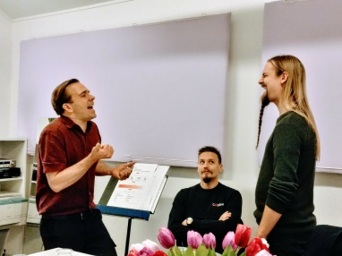 Kaare Thøgersen coachar med full inlevelse under kursen Rocksång & Extreme vocal effects.