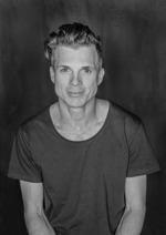 Emil Klingvall är konstnärlig ledare, skådespelare, kompositör och manusförfattare. Emil har arbetat på teater Jaguar sedan 2006.