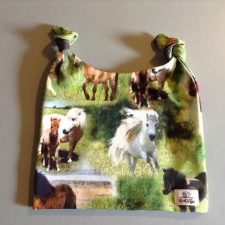 Mössa med ponnies - Två flärpar mössa 44-46