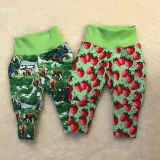 Babybyxor m jordgubbar ekologiskt tyg