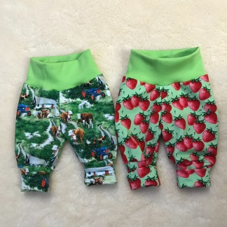 Babybyxor m jordgubbar ekologiskt tyg - Babybyxor m jordgubbar storlek 50