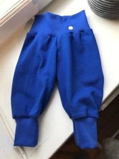 Babybyxor klarblå ekologiskbomullstrikå - Klarblå babybyxor stl 50