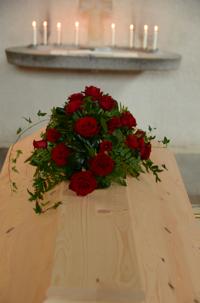 Kistdekoration röda rosor
