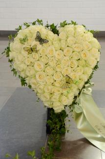 Stort fyllt hjärta - Vita rosor (enligt bild)
