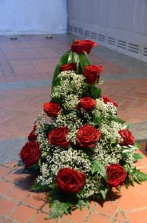 Stående arrangemang - Röda rosor (enligt bild)