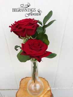 Handbukett två rosor & grönt - Röda (enligt bild)