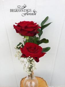 Handbukett med två rosor, grönt & slöja