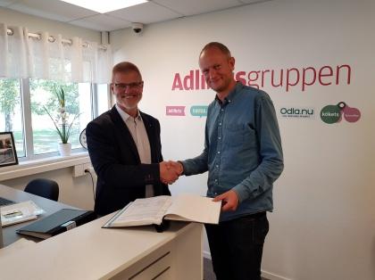 Johan Kleberg, VD Adlibrisgruppen och Henrik Lindley, VD Morgongåva Företagspark undertecknar de nya hyresavtalen.             (Fotograf: Elin Rembrandt)