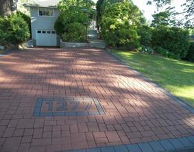 asfalterad uppfart präglad och målad med asfaltsfärg
