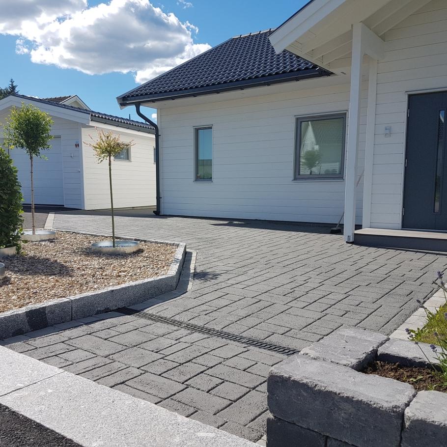 Mönstertryckt asfalt framför villa i enköping