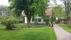 boningshus bakom träd