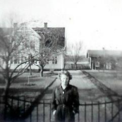 Foto taget från grinden mot den gamla landsvägen som gick där rälsbussen står idag