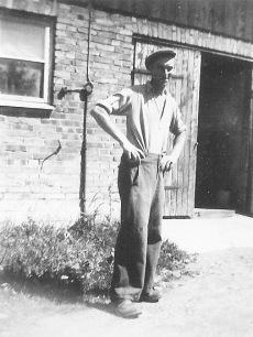 Lantbruksarbetare framför ladan