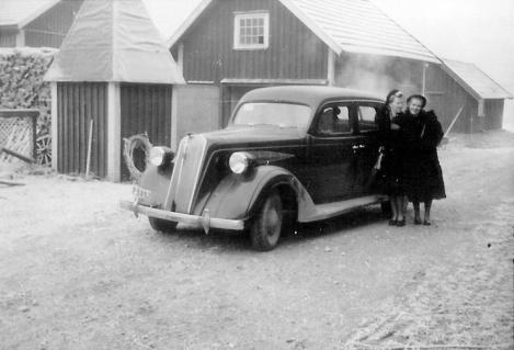 Pumphuset som fortfarande används och drängstugan som idag är garage.