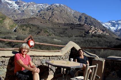 Efter Marockoresans vandring i Atlasbergen njuter vi utsikten på takterrassen. som ligger på ca 1800 meters höjd.