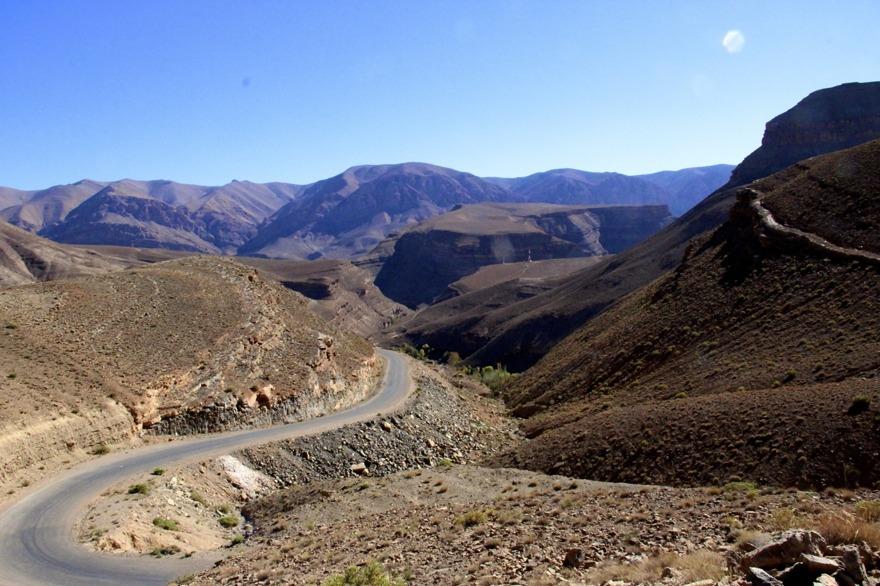 Hyr en landrover med chaufför och gör en road trip i Atlasbergen och till Sahara, en osannolikt vacker upplevelse. Marockoresan fixar allt.
