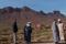 gubbar i berberby berg i bakgrund