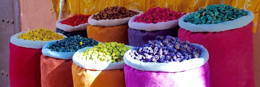 Marrakech är en explosion av färger, dofter och ljud. Marockoresan.se hjälper dig att boka riad och dagsturer.