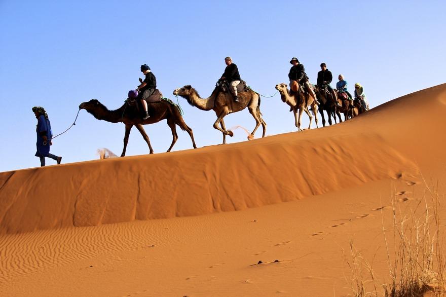 Att rida kamel, eller snarare dromedar, i sanddynerna för att övernatta i tält i Sahara, är  Marockoresans mest populära road trip.