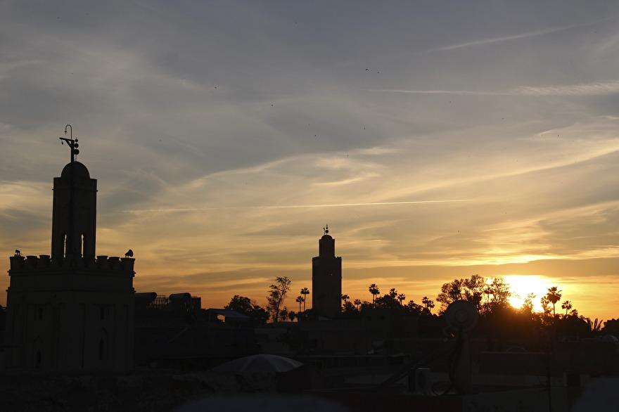 Solnedgången från riadens takterrass är magisk. Inte minst då muezzin rop till bön sprider sig över staden. Upplev det med marockoresan.se