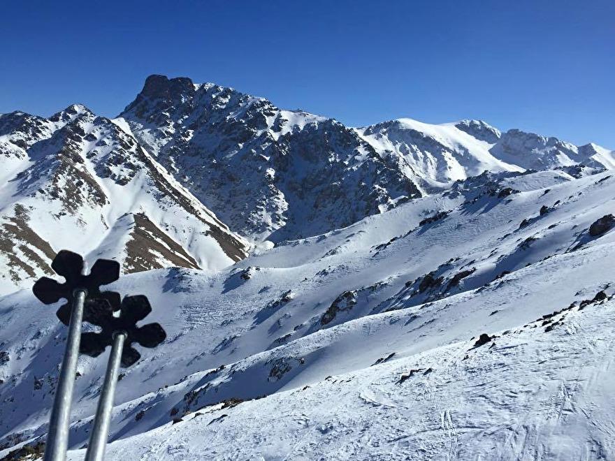 Ta sittliften till 3.258 meter och njut av Atlasbergen från ovan. I pisterna åker ett fåtal.  Oukaimeden är Marockos skidort. marockoresan.se