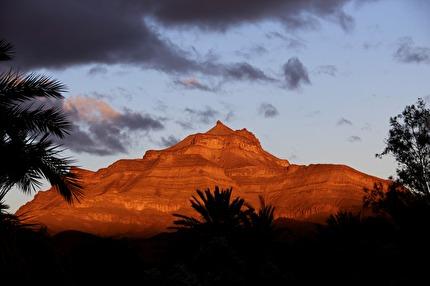 I Draa-dalen med imponerande bergsformationer i kvällssol. Här övernattar vi i Tamnougalt utanför Agdz. marockoresan.se