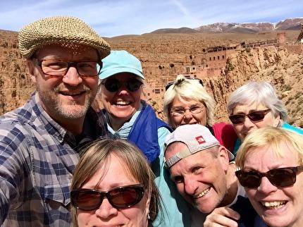 I små grupper med svensk guide upplever vi Marockos bästa. Här promenerar vi i Dadesravinen, på vägen till Saharas sanddyner. marockoresan.se