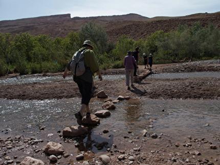 Vår vandring i Boutharar går i dramatisk natur i  Atlasbergen,  genom berberbyar och över floden,