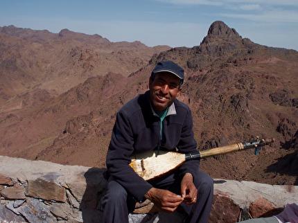På en osannolik plats efter timmars färd på grusvägar i Saghrobergen i Antiatlas möter vi giteägaren Brahim. Här kan du få både lunch och starkt te. Upplevelse med Marockoresan.se.  Utan el!