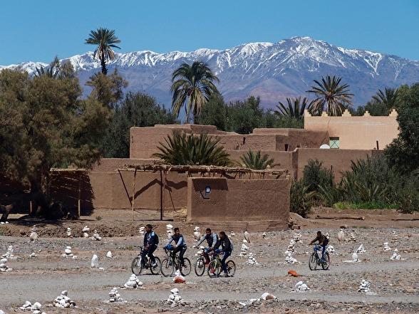 Hjälporganiationer har skänkt cyklar för att fler marockaner ska kunna gå i skolan.