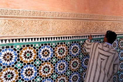Vacker dekoration i f d koranskolan Ben Youssef Medersa.