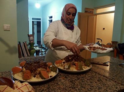 Khadija håller matlagningskurs hemma i sitt kök.  marockoresan.se