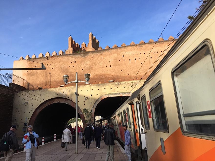 Fransmännen byggde tågnätet som fungerar hyfsat bra. Resan mellan Tanger och Marrakech tar ca 9,5 timme. Boka i tid om du vill sitta!
