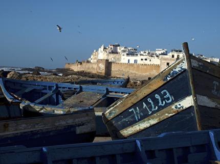 Essaouira med stadsmuren och några av alla de blå båtarna.