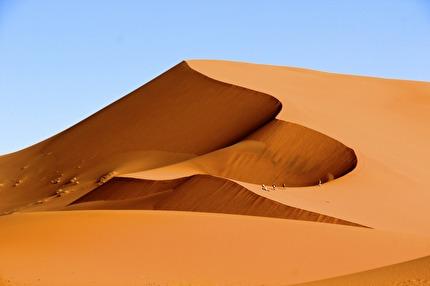 Vi övernattar i tältcamp, vid foten av Erg Chebbis sanddyner