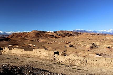 Utsikt från Unescoskyddade Ait Ben Haddou. Ringen omgärdar den judiska begravningsplatsen. Res hit med marockoresan.se.