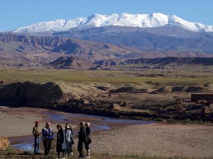 De snöklädda Atlasbergens  över 4.000 meters höga berg ligger som en vacker fond - då vi inte befinner oss uppe i dem. marockoresan.se