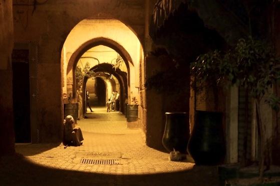Gränderna i Marrakech medina lockar till spännande strövtåg, dag som natt.