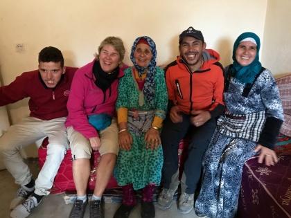 Vi dricker te hemma hos Aischa och Aischa, i en by på 2000 m ö h.